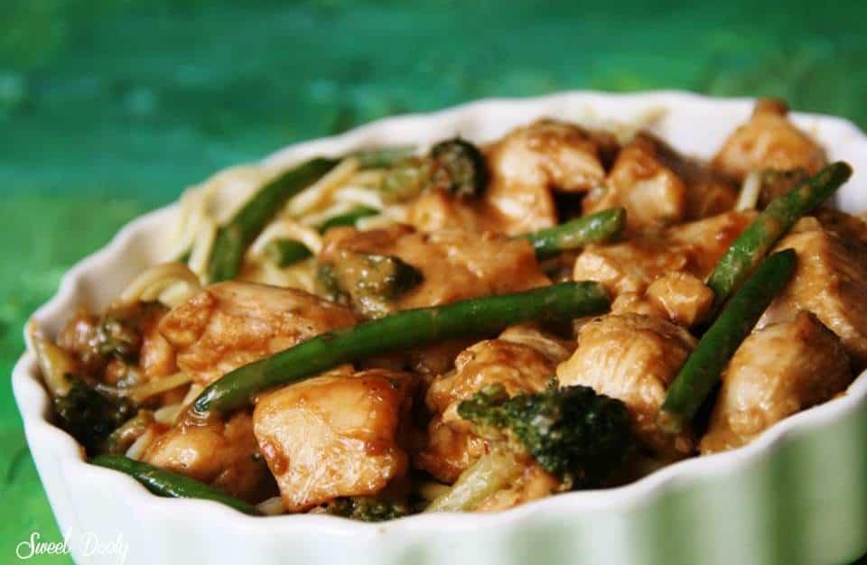 חזה עוף עם ירקות ברוטב חמאת בוטנים