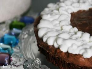 עוגת שוקולד חלומית רכה ועסיסית עם גאנש שוקולד מוקצף וקצפת להשלמת החגיגה בפה