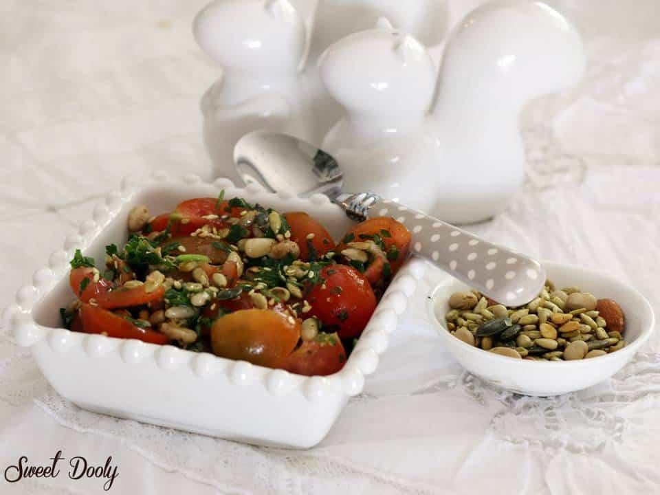 סלט עגבניות עם עלי בזיליקום ותערובת ג'עלה