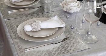עיצוב שולחן לחג בצבעי אפור שחור ולבן