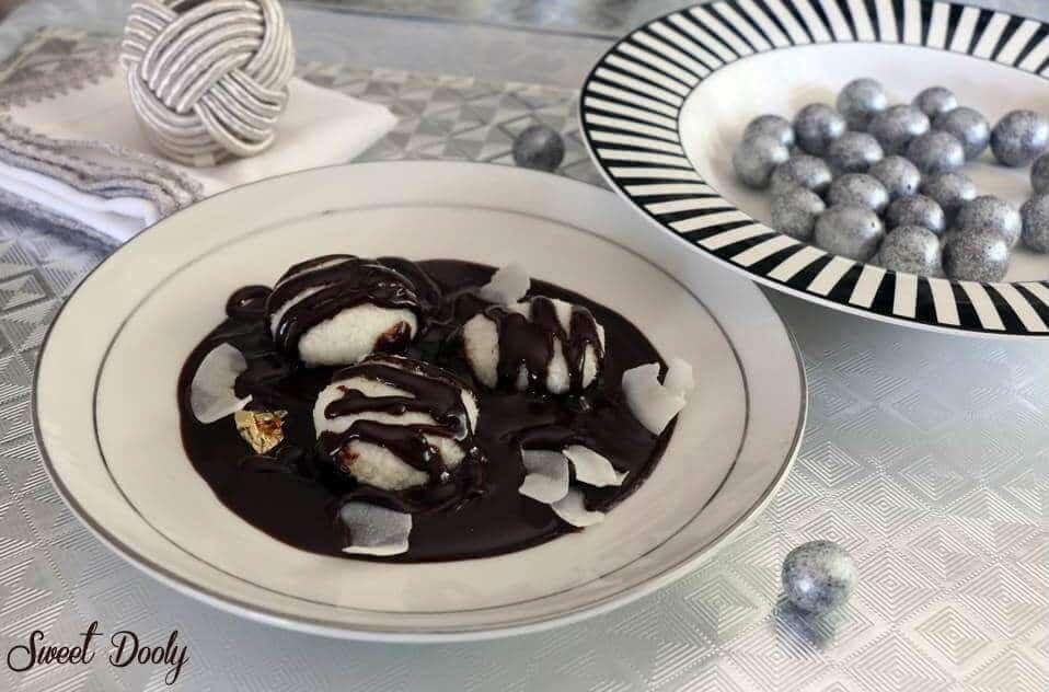 כדורי קוקוס טבולים במרק שוקולד