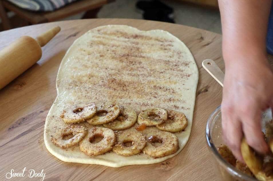 עוגת שמרים עם תפוחי-עץ צימוקים וקינמון