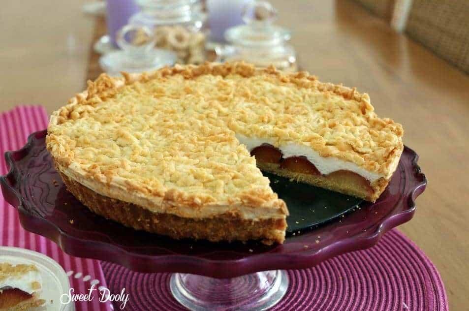 עוגת שזיפים עם שכבת מרנג ופירורי בצק