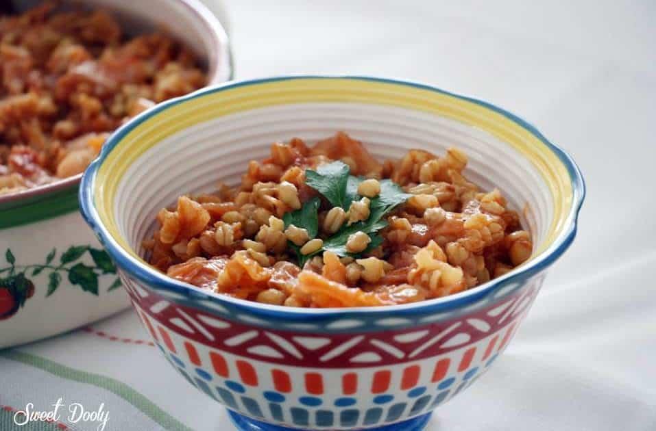 תבשיל כרוב עם חיטה ברוטב עגבניות