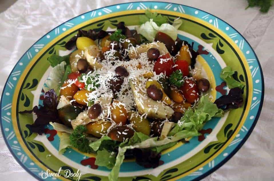 סלט עגבניות בשלושה צבעים עם ארטישוק וגבינה מלוחה