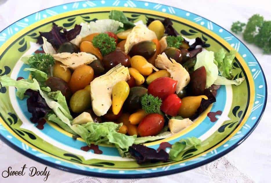 סלט עגבניות שרי בשלושה צבעים עם ארטישוק