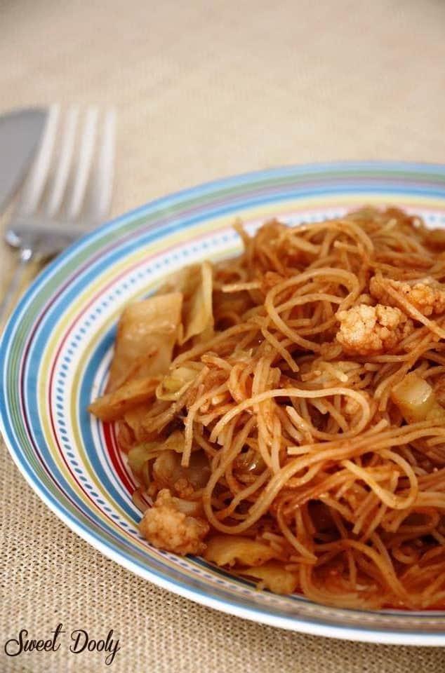 ירקות מבושלים ברוטב עגבניות עם אטריות אורז ללא גלוטן