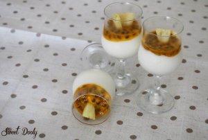 קינוחי כוסות מוס גבינה עם קיוי וענבים