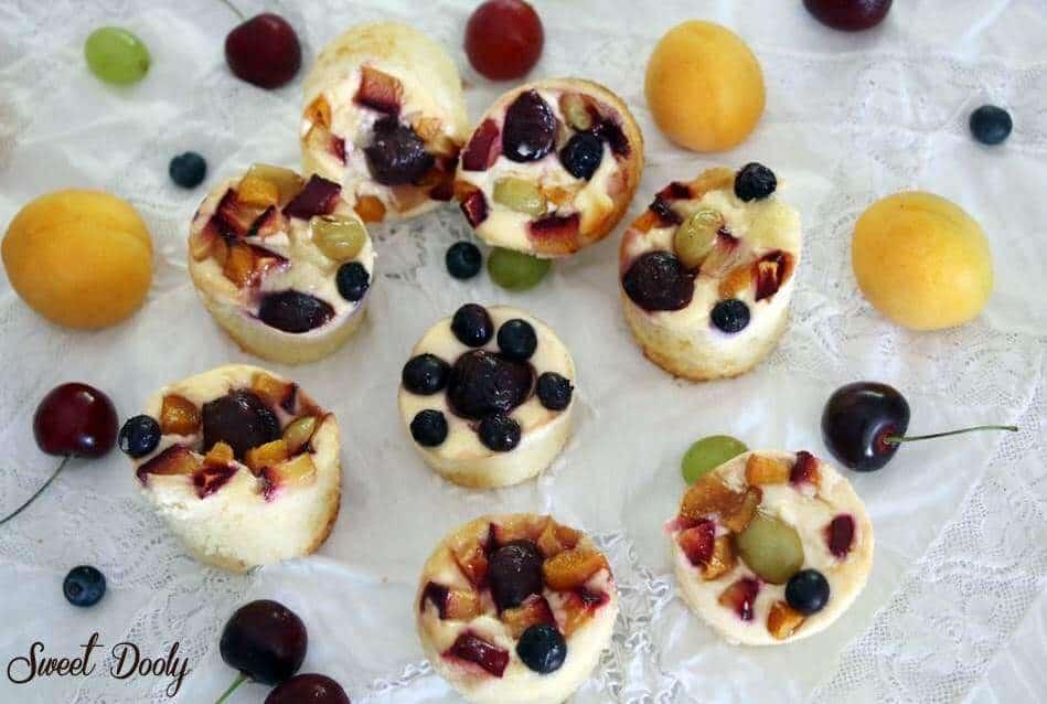 מאפינס עם גבינה אפויה ופירות