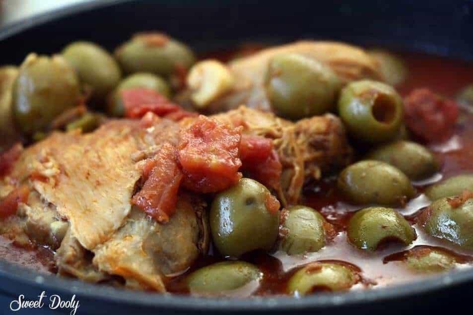 תבשיל עוף עם זיתים ברוטב עגבניות