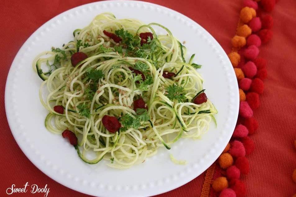 סלט ספגטי קישואים וזוקיני סלט של קישואים בצורת ספגטי