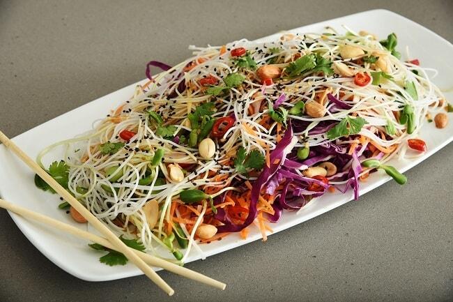 סלט ויטנאמי עם ירקות ואטריות אורז בתיבול אסייתי עם כרוב סגול