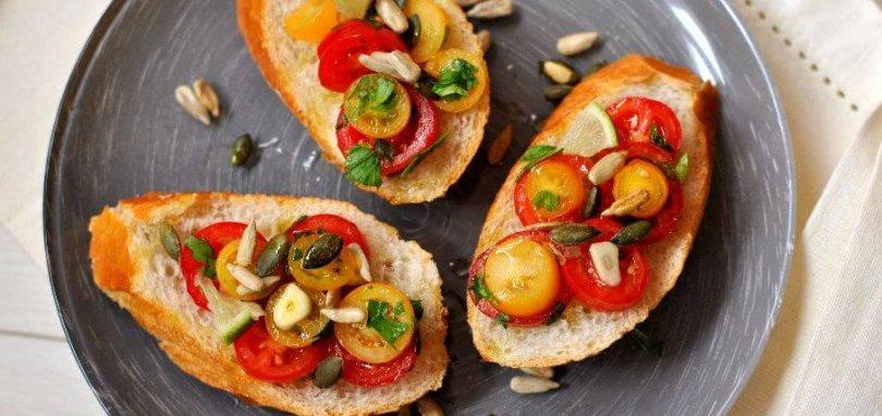 פרוסות בגט עם סלט עגבניות שרי בשני צבעים