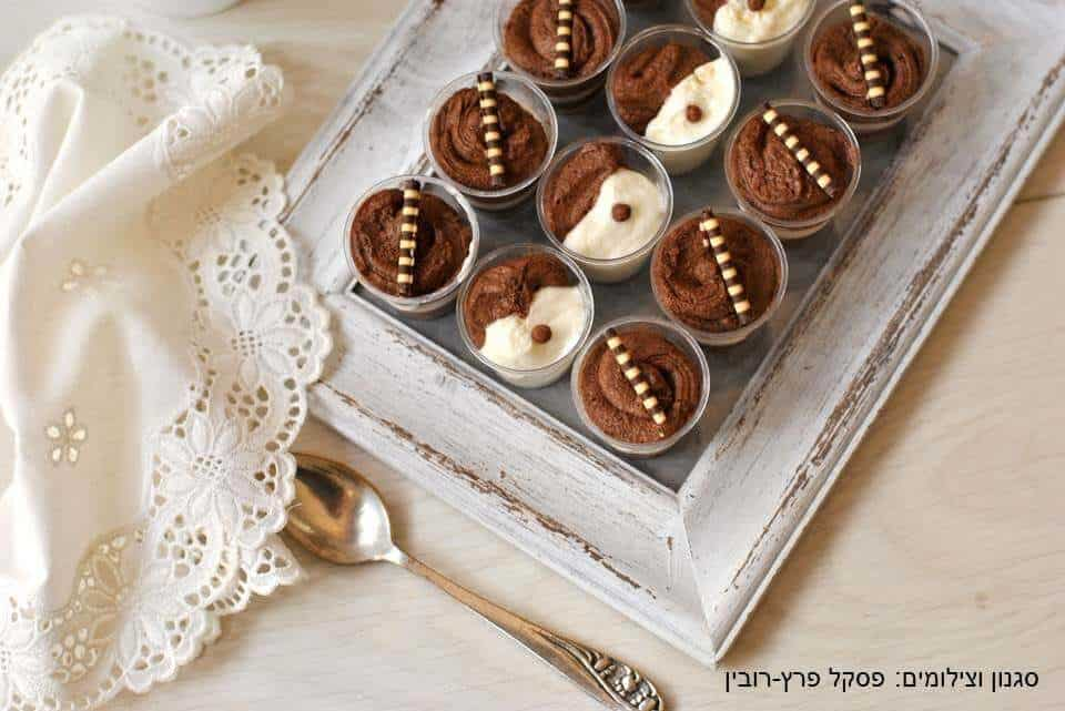 מוס שוקולד בשני צבעים ללא ביצים בכוסיות קטנות