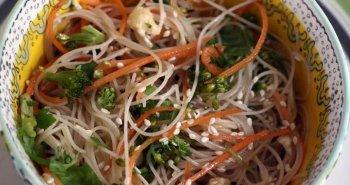 אטריות שעועית מוקפצות עם ירקות