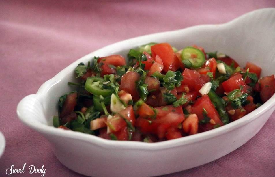 סלט עגבניות עם פלפל חריף וכוסברה