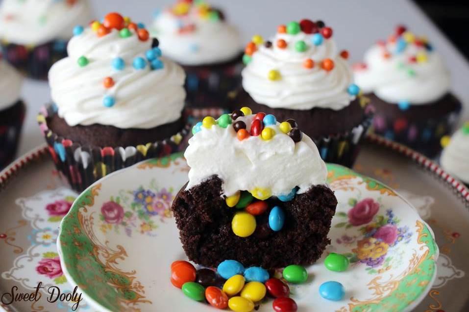 קאפקייקס שוקולד ממולאים בסוכריות צבעוניות