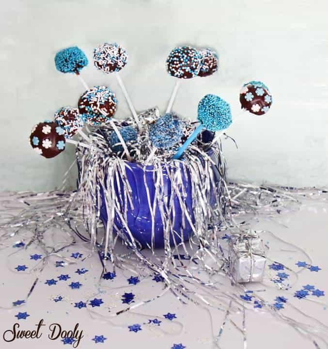 כדורי שוקולד צבעוניים בצבעי כחול לבן