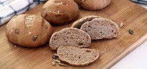 מתכון ללחמניות ביתיות מקמח כוסמין עם גרעיני דלעת וחמניה