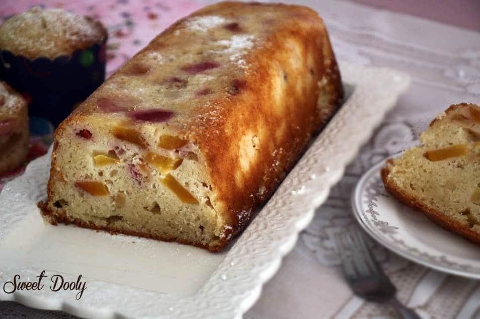 עוגה בחושה עם פירות שנשארו במקרר