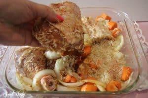 עוף עם אורז וירקות בתנור הכל בתבנית אחת