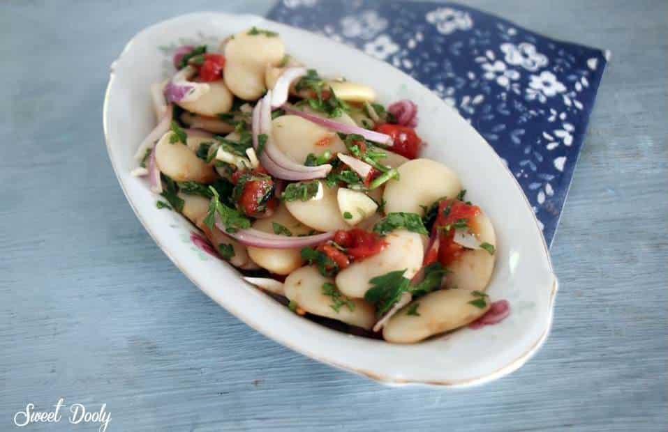 סלט שעועית לבנה עם בצל סגול ועגבניות בניחוח יווני