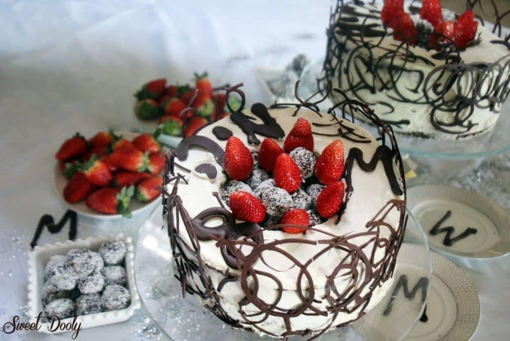 עוגת שוקולד עם קצפת תותים וכדורי שוקולד