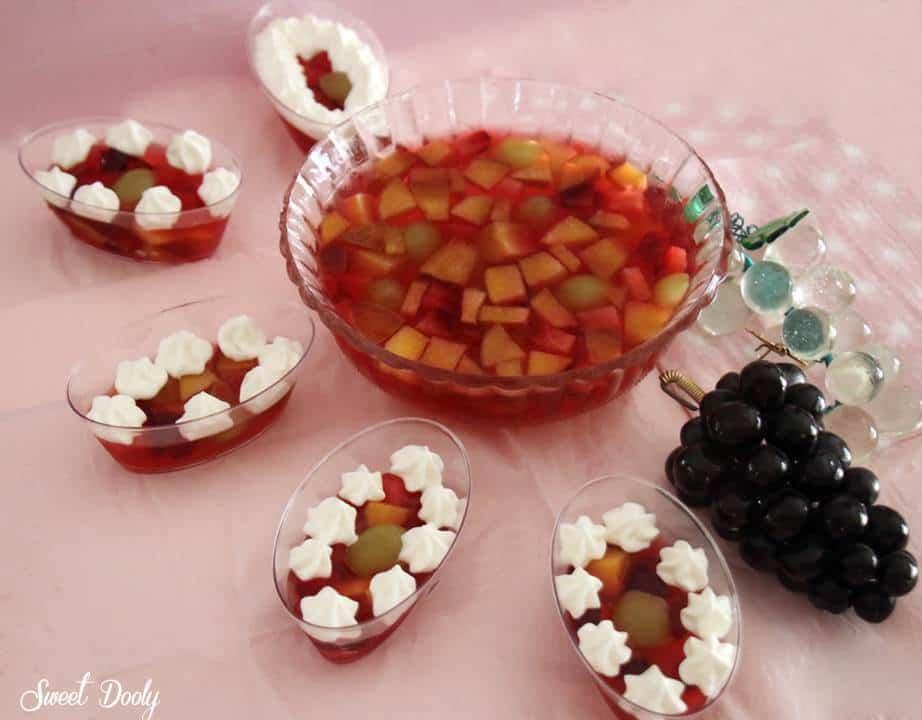 ג'לי עם פירות וקצפת