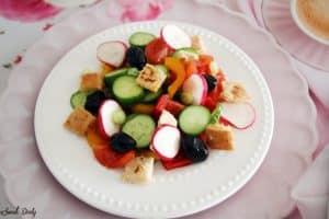 סלט פטוש עם ירקות וזיתים