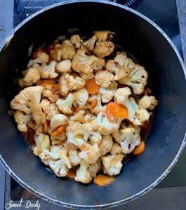 ירקות מוקפצים על מחבת ברוטב אסייתי
