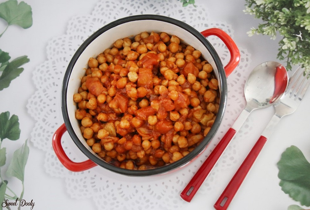 תבשיל חומוס וחצילים ברוטב עגבניות