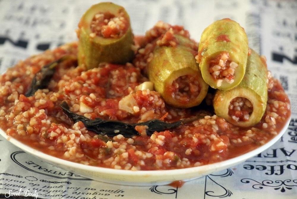 קישואים ממולאים בורגול ברוטב עגבניות
