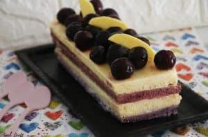 עוגת גלידה שכבות מנגו ודובדבנים