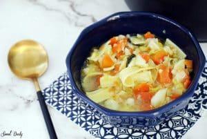 מרק ירקות עם אטריות רחבות