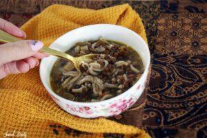 מרק עדשים שחורות עם אטריות