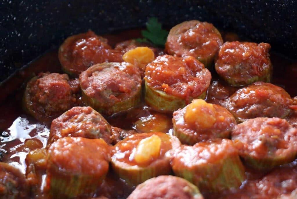 פרוסות קישואים ממולאות בשר