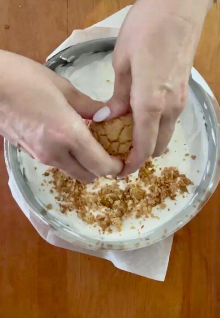 עוגת גבינה פירורים ועוגיות טחינה