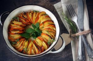 פרוסות תפוחי אדמה ובטטה בתנור
