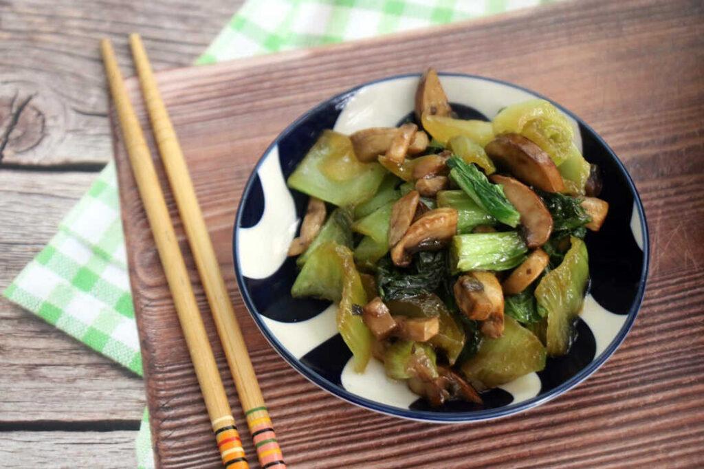 באק צ'וי ופטריות ברוטב אסייתי