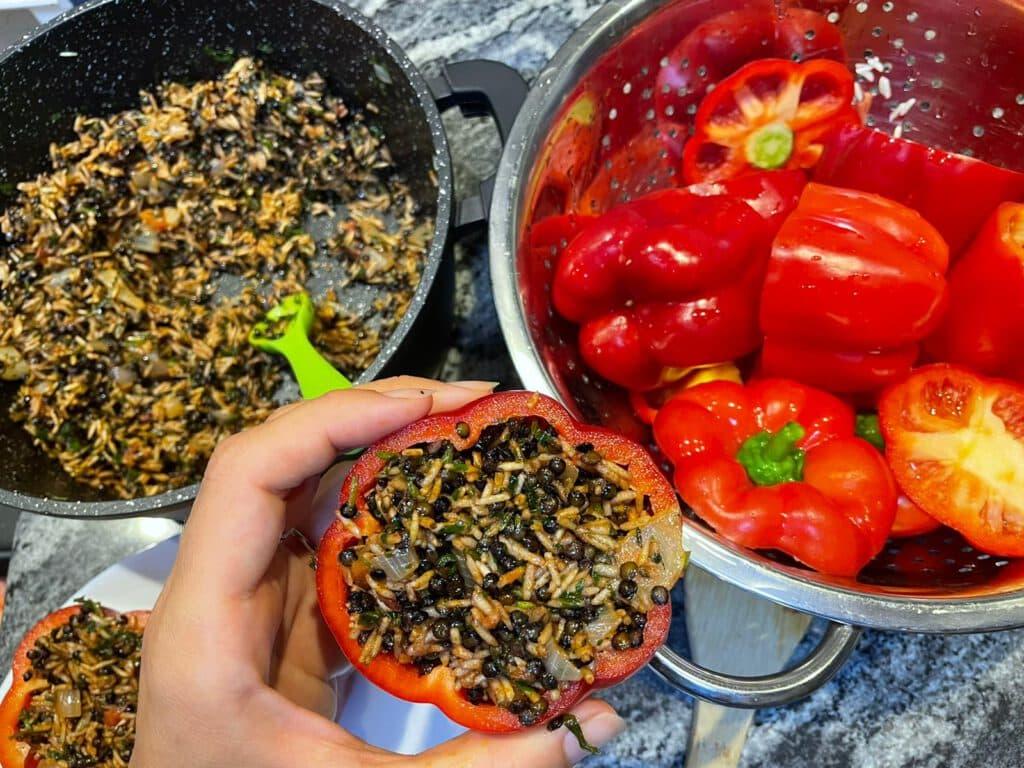 פלפלים ממולאים בעדשים שחורות ואורז