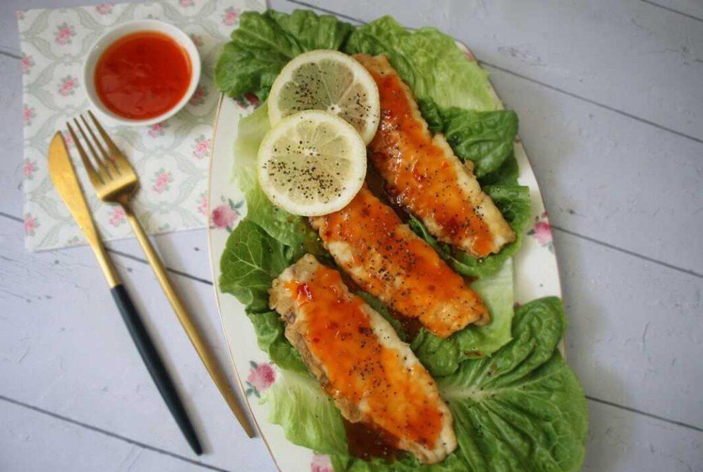 דג אמנון מטוגן עם רוטב צ'ילי
